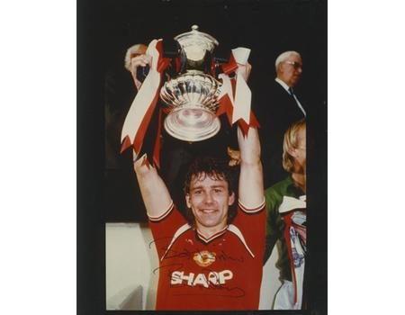 BRYAN ROBSON (MANCHESTER UNITED) SIGNED PHOTOGRAPH