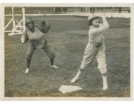 EDITH DAY (ACTRESS) PLAYING BASEBALL AT STAMFORD BRIDGE 1930 PRESS PHOTOGRAPH